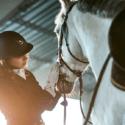 Jazdec stojí vedľa koňa
